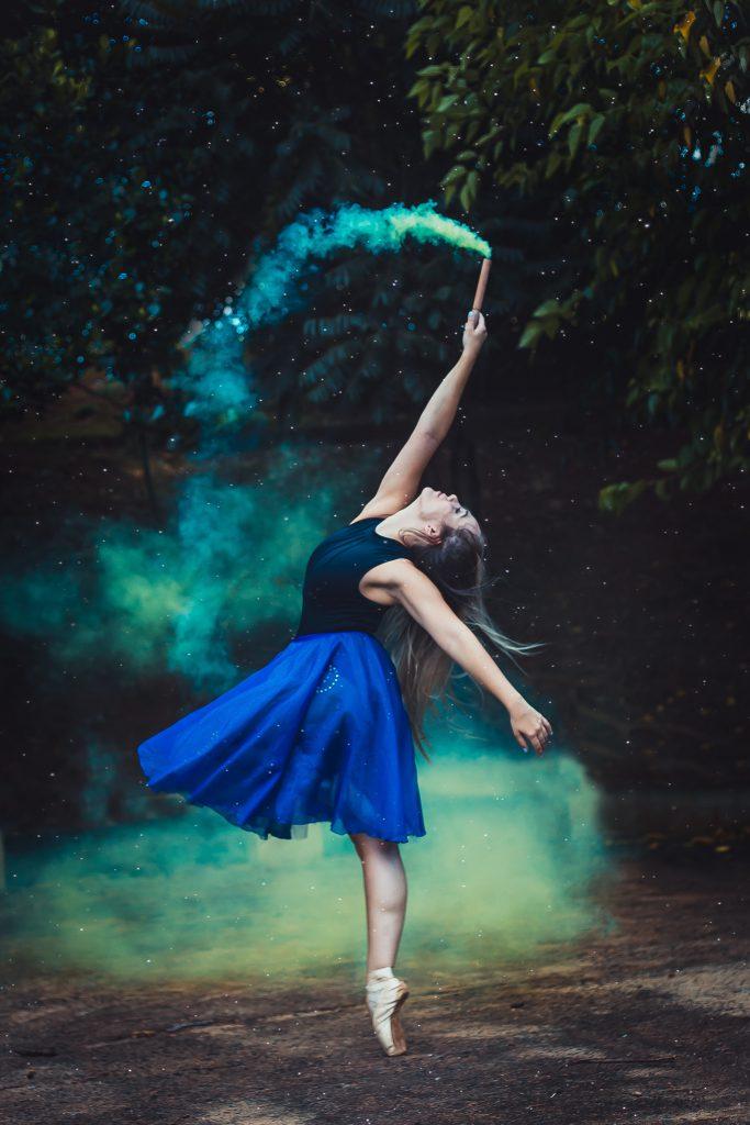 Cô gái mặc váy xanh đốt pháo gây ấn tượng như Portfolio