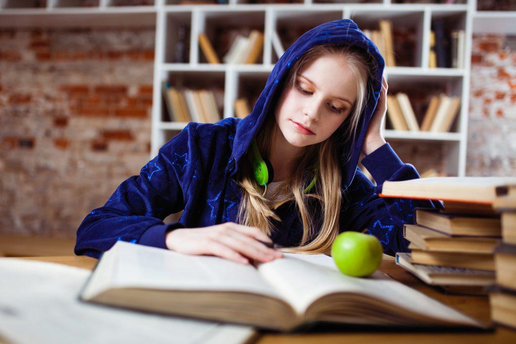 Cô gái mặc áo khoác xanh đọc sách suy nghĩ tại sao chúng ta cần Portfolio